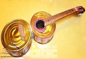 el_yapımı_müzik_aleti_tenekeden_gitar