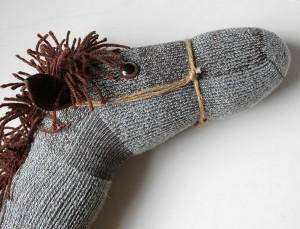 çoraptan at kuklası yapımı (3)